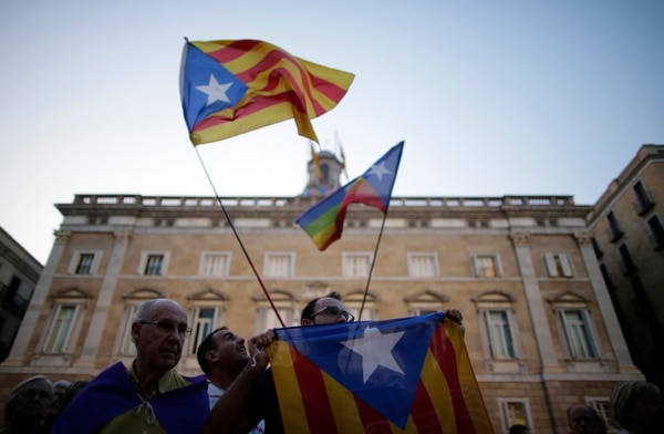 Los simpatizantes de la independencia agitaron este viernes la bandera estelada, durante una manifestación llamando a votar Sí, en el referéndum de independencia en la plaza de Sant Jaume de Barcelona.