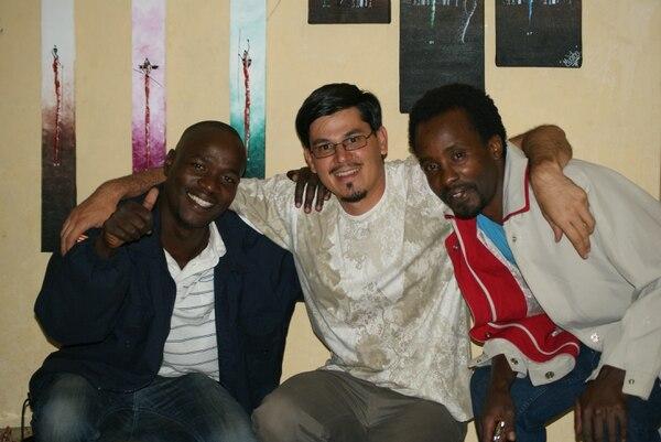 Róger Sánchez con los pintores kenianos Richard Mudibo y Lionel Njuguna, con quienes trabajó en Kenia para ayudar a rehabilitar a jóvenes con adicción a las drogas o alcohol.