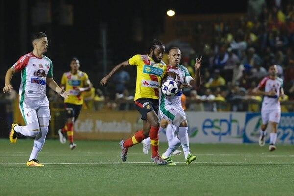 El delantero de Herediano Víctor Núñez (izquierda) busca el balón ante la marca del defensor de Carmelita Carlos Acosta.