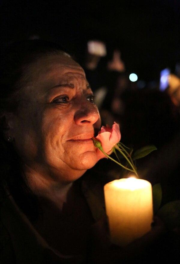 Esta mujer llora en las afueras de la vivienda donde falleció ayer mandela, en Johannesburgo.   AFP