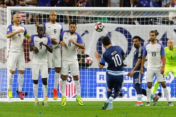 Lionel Messi (10) superó sin problemas la barrera de estadounidenses para colocar la pelota en el ángulo izquierdo del arquero Brad Guzan y marcar el segundo tanto de Argentina en la goleada 4 a 0.   AFP