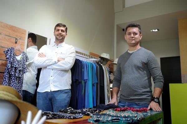 Felipe Kirsch (camisa blanca), propietario y Luis Araujo, representante de la marca UV. Line. Foto de Melissa Fernández Silva