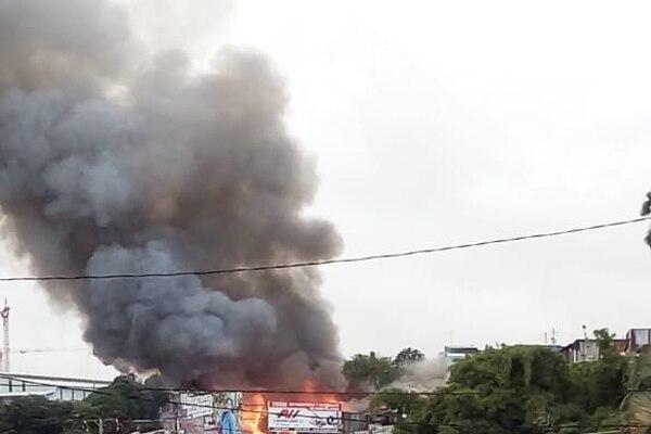 El incendio se extendió en varias estructuras. Foto: Cortesía