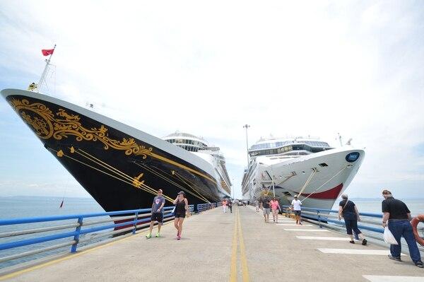 El 15 de abril coincidieron los cruceros Disney Wonder y Norwegian Star en el Muelle de Cruceros, Puntarenas. Fotografía: Marvin Caravaca.