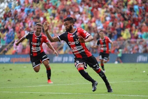 Maalique Foster es el primer jamaiquino en jugar y anotar en el fútbol costarricense. El caribeño le dio el gane a Alajuelense ante San Carlos, en la fecha 19 del Apertura 2018. Fotografía: Rubén Murillo / LDA.