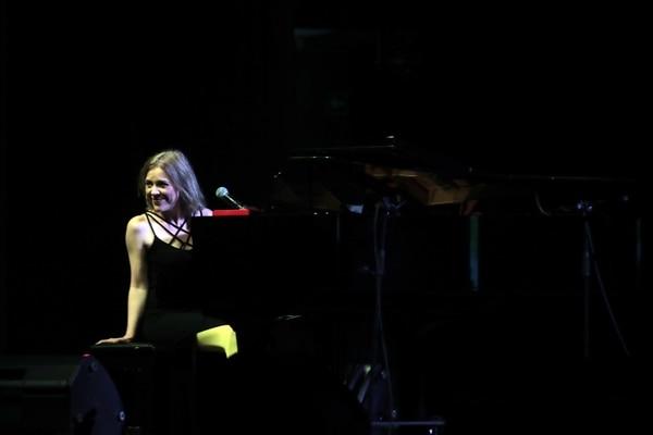 SOLIDEZ. Pretiz se comunicó casi siempre desde un solemne piano de cola. FOTO: Alonso Tenorio