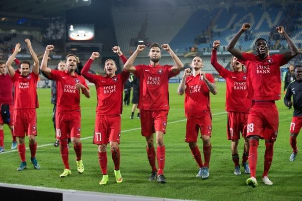 Marco Ureña (izq.), junto a sus compañeros, agradeció el apoyo a la afición del Midtjylland tras el triunfo sobre el Brujas.