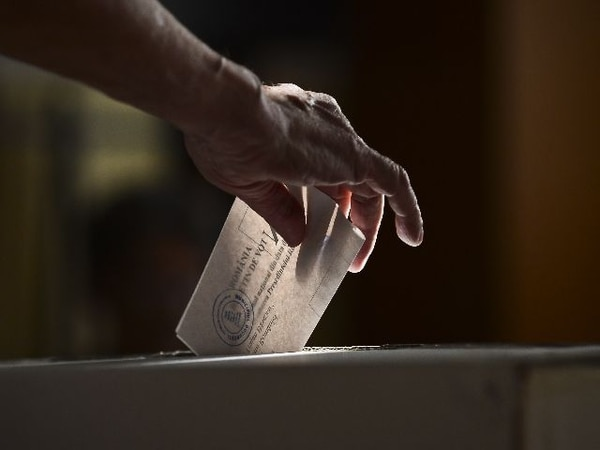 Una adulta mayor ayer en Bucarest ejerció su derecho al voto en el referendo sobre la continuidad del presidente Traian Basescu. Las autoridades instalaron urnas en hoteles y restaurantes de localidades en las costas. | AP.