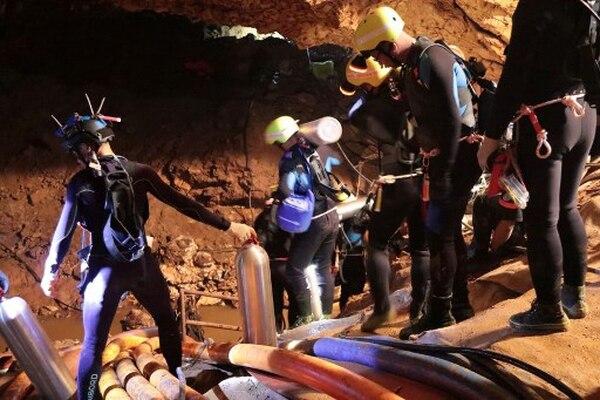 Los buzos de élite lograran sacar a cuatro de los niños atrapados en una cueva en Tailandia, este dommingo. El grupo de jovenes y su entrenador permanecen aislados desde el 23 de junio.