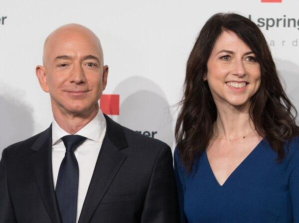 Jeff Bezos y su esposa MacKenzie, la mujer con la que se casó en 1993, anunciaron su divorcio en Twitter. Fotografía: AFP