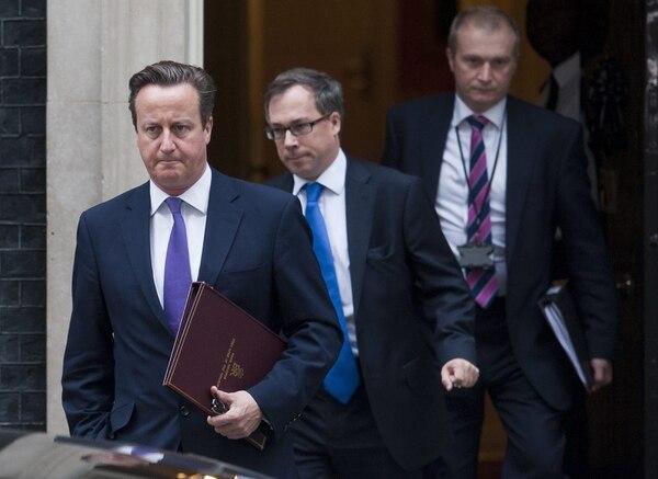 El primer ministro David Cameron abandona el número 10 de Downing Street en Londres (Reino Unido) hoy, viernes. La Cámara de los Comunes debate hoy en una sesión extraordinaria si el Reino Unido se suma a los bombardeos aéreos contra posiciones del Estado Islámico (EI) en Irak.