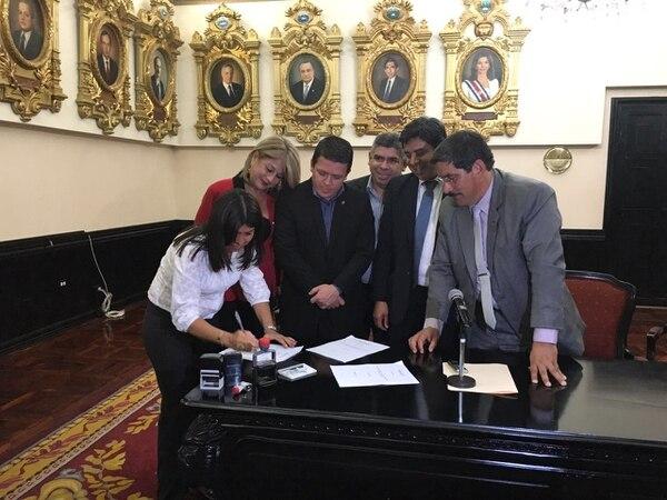 Los diputados Rosibel Ramos (PUSC), Franklin Corella (PAC), Frank Camacho (FA), William Alvarado (PUSC) y Marco Redondo (PAC, en el orden usual), entregaron a la Secretaría del Directorio Legislativo, este lunes, el proyecto para quitarle los recursos públicos a los foros municipales.