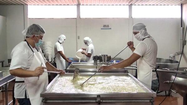 La empresa Productos Lácteos El Torito fue una de las dos primeras plantas que recibe el certificado de denominación de origen Queso Turrialba. En la imagen, trabajadores de la compañía en el proceso de elaboración de este producto lácteo. Foto: Cortesía de Asoproa.