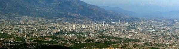 En la fotografía se logra ver como la ciudad se ha extendido cada vez más hacia las montañas, debido a la tendencia de los costarricenses de optar por construcciones horizontales. Foto: Rafael Pacheco