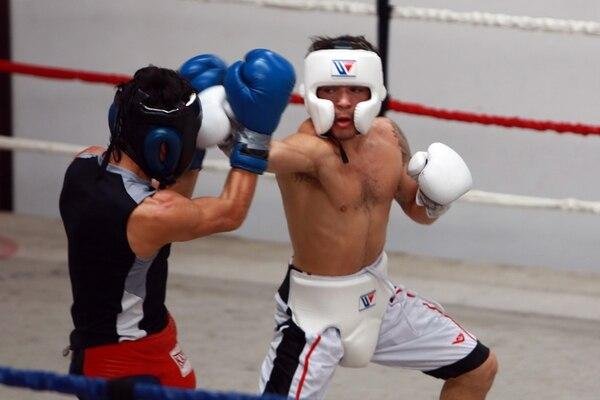 Bryan Vásquez tuvo ayer un entrenamiento abierto a los medios de comunicación en el gimnasio Fite Nite, ubicado en Río Segundo de Alajuela. Este 26 de octubre él realizará su tercer combate del año. | JOSÉ CORDERO PARA LN