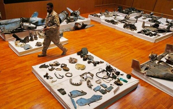 Arabia Saudí mostró lo que denominó escombros de drones y misiles usados para atacar instalaciones petroleras del reino wahabita.