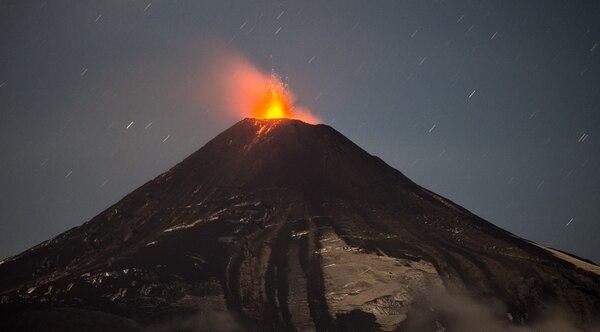 Las autoridades chilenas mantienen la alerta naranja en el volcán Villarrica, al sur del país, que ha empezado a arrojar material incandescente.