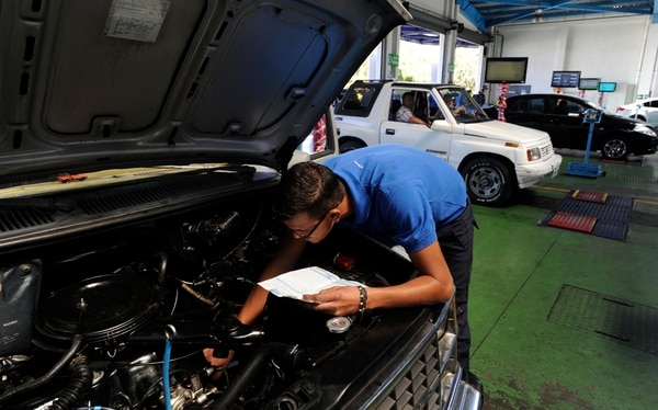 La pérdida de aceite y las fugas de transmisión están entre las faltas leves más comunes.