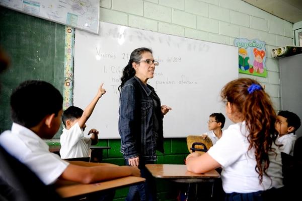 Shirley Durán es maestra de segundo grado en la Escuela Anselmo Llorente y Lafuente, en Tibás. Ella es parte de los más de 60.000 docentes que laboran para el MEP (Foto con carácter ilustrativo).   ARCHIVO / MARCELA BERTOZZI