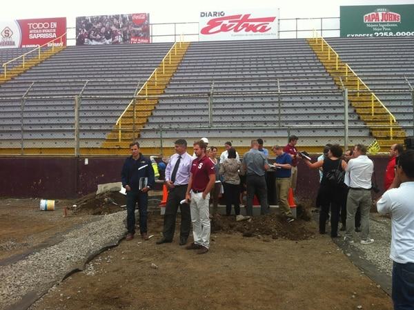 La delegación de FIFA no perdió detalle de las remodelaciones en el estadio Ricardo Saprissa. Caminaron por el terreno de juego.   DAVID GOLDBERG