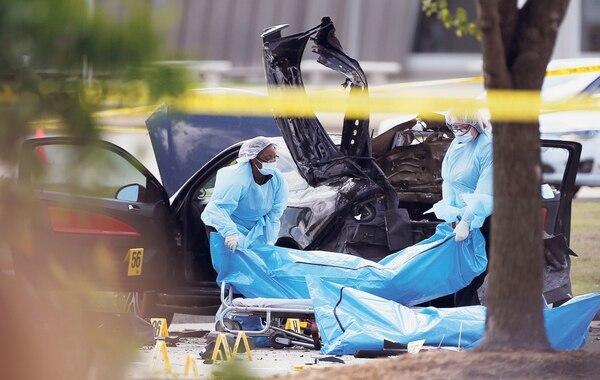 Trabajadores retiran los cuerpos de los dos hombres que murieron en un tiroteo en Garland, Texas, la noche del domingo 3 de mayo, en el centro Curtis Culwell donde se realiza una exposición de caricaturas de Mahoma