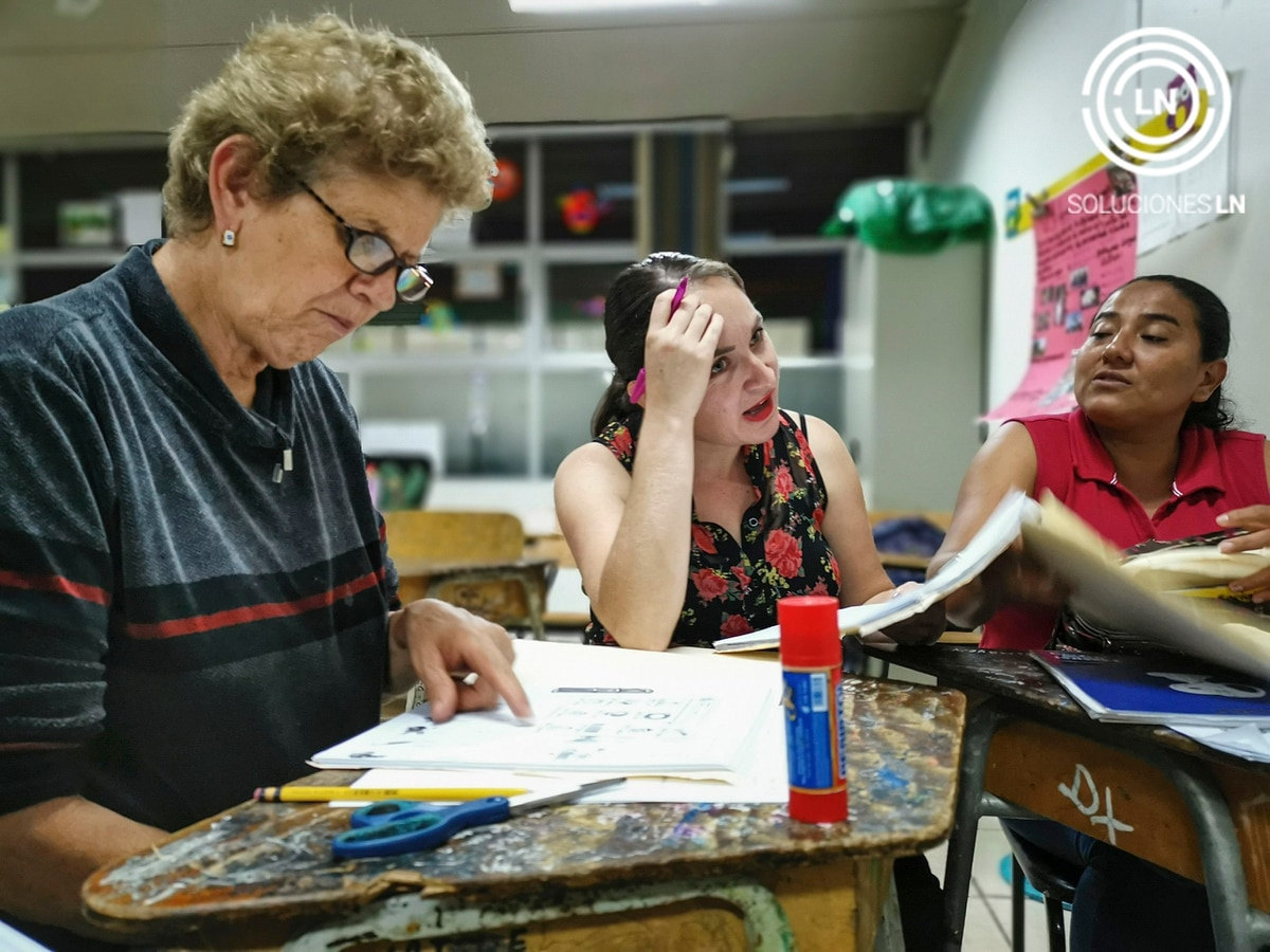 Doña Isabel Diaz es todo un ejemplo. A sus 64 años decidió ir a clases para terminar la secundaria. Ella asiste al centro de Educación Abierta de Concepción de La Unión. Al fondo, la profesora Wendy Hernández y Mireya González. Foto: Jorge Castillo