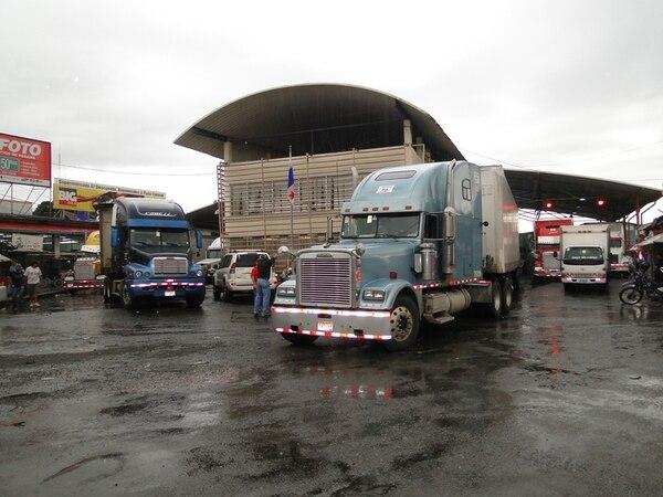 Más de 300 furgones pasaron al país vecino ayer. | FREDDY PARRALES