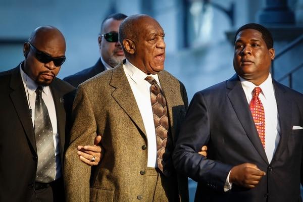 Bill Cosby a su llegada en la mañana a un tribunal en Pensilvania. Lo acompañan sus guardaespaldas.