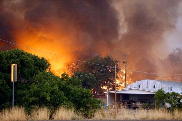 Decenas de viviendas fueron evacuadas ante el temor de que fueran alcanzadas por las llamas.