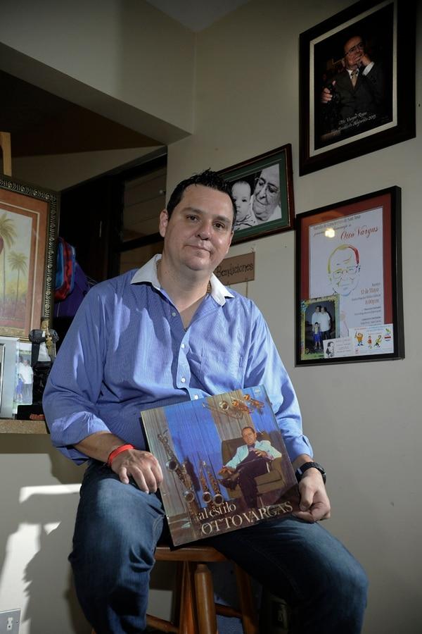Otto Vargas (hijo) muestra algunos de los reconocimientos que en vida recibió su padre: el maestro Otto Vargas.
