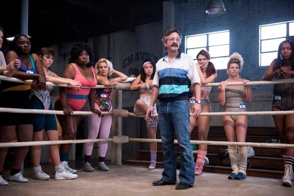 Marc Maron, quien por más de 15 años se ha presentado en clubes de comedia alrededor del mundo, interpreta en la serie al entrenador Sam.