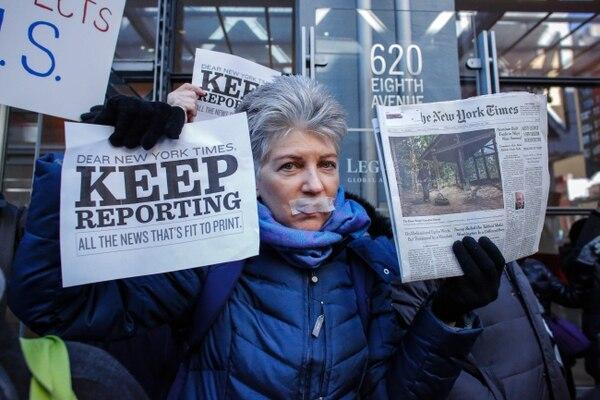 Una mujer se manifestó en apoyo a los medios de comunicación este domingo frente a las oficinas del diario 'The New York Times'.