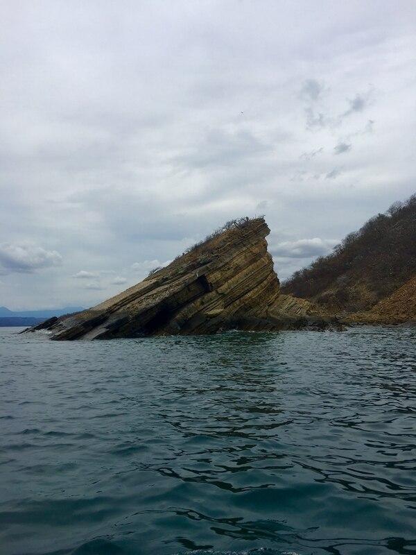 En la Bahía de Santa Elena es uno de los pocos lugares en el planeta donde se observan algunas formaciones geológicas que emergieron tras la ruptura de la corteza terrestre hace unos 200 millones de años y que atraen a científicos de todo el mundo. Foto: Gerardo González.