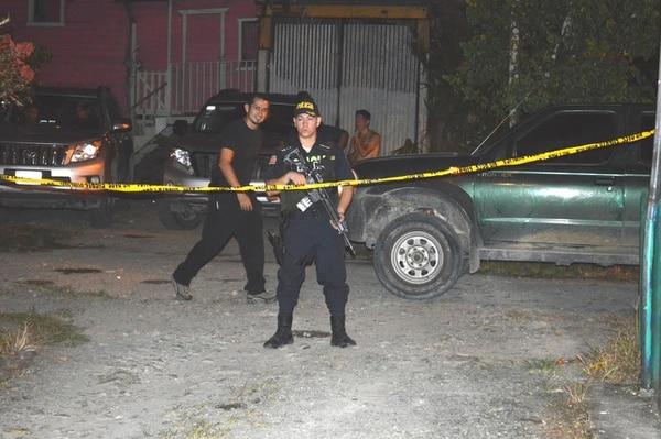 Un hombre de unos 23 años falleció este martes luego de ser baleado frente a su casa en Limón.