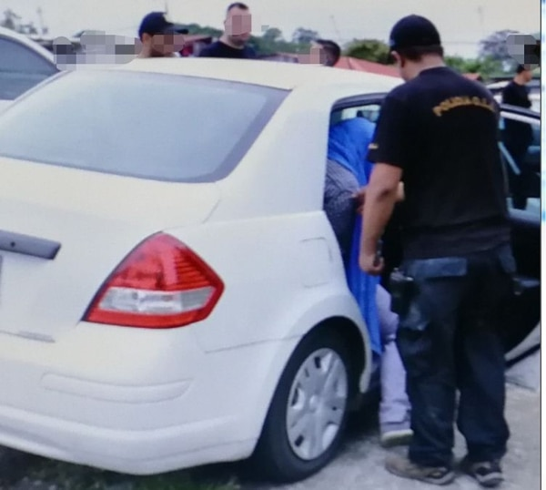 El sospechoso fue llevado por agentes judiciales a los Tribunales de Pococí para ser indagado. Foto de Reiner Montero.