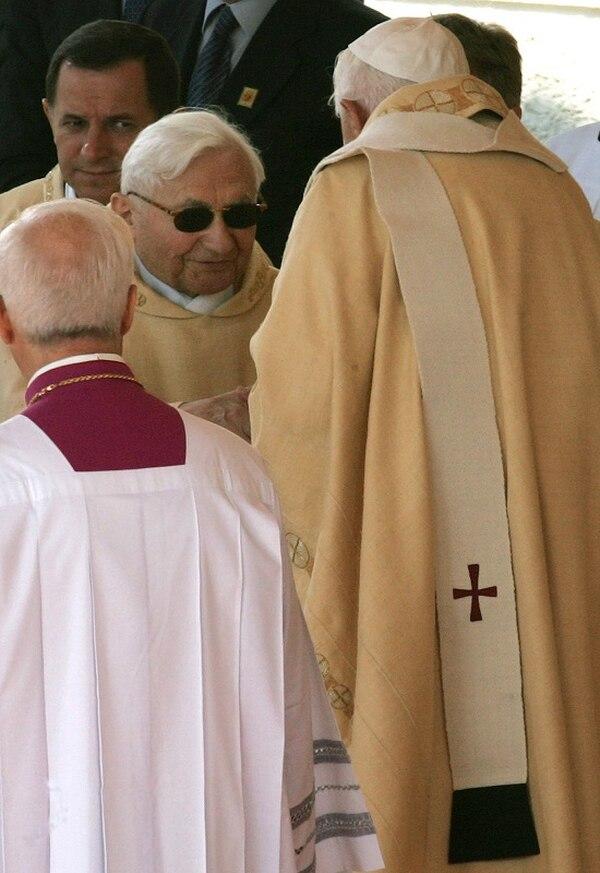 Georg Ratzinger (con anteojos) saludado por su hermano, el papa Benedicto XVI, en Altoetting, sur de Alemania, el 11 de setiembre del 2006.