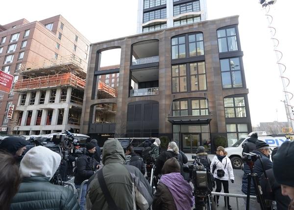 La prensa espera afuera del apartamento de Scott.   AFP.