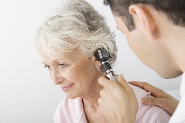 Audiologías gratis para adultos mayores en Clínicas Audición. fotografía Ilustrativa de Shutterstock.