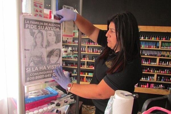 Xiomara Vásquez, tía de Allison Bonilla, tiene afiches de su sobrina en su salón de belleza. Foto: Keyna Calderón, corresponsal GN