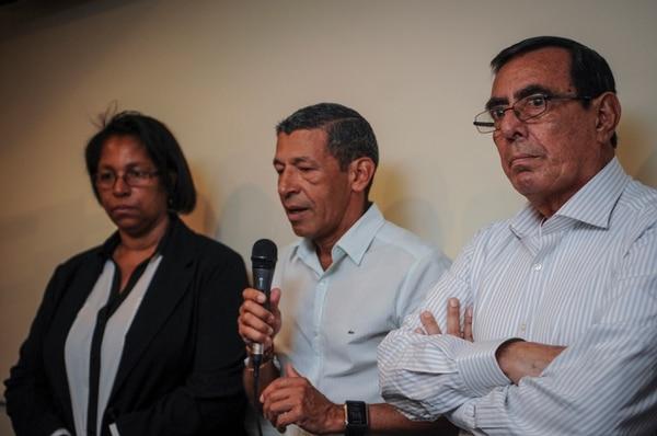 Rafael Ángel Pérez (derecha) escucha las palabras de Víctor López y los acompaña Geen Clarke. Hoy se anunció que el tico hizo un récord mundial en 1976.