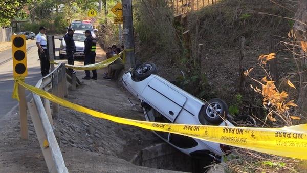 El accidente se produjo a las 6:25 a.m. en Juanilama de Esparza, Puntarenas, 100 metros al norte de la empresa Alunasa, informaron la Policía de Tránsito y la Cruz Roja Costarricense. Foto de Andrés Garita.