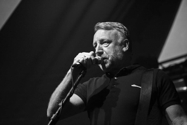 Peter Hook fue parte de la alineación de la legendaria banda británica Joy Division, y luego formó el grupo New Order, uno de los más exitosos del rock alternativo mundial. Fotografía: tomada del Facebook de Peter Hook & the Light.