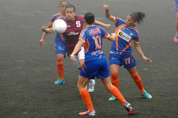 Arenal se impuso ayer por 1-0 al Saprissa. La morada Nicole Araya es vigilada por Yahaira Aguilar, Yendry Villalobos y Maciel Chacón.   GESLINE ANRANGO