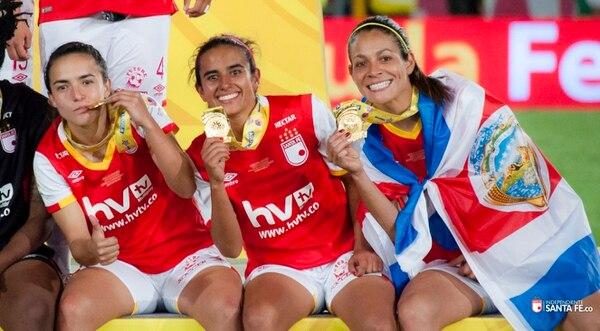 Las jugadoras nacionales celebraron el título con el Independiente Santa Fe de Colombia.