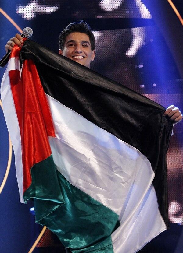 El cantante palesttino, Mohamed Asaf, celebrando el triunfo en el Arab Idol.