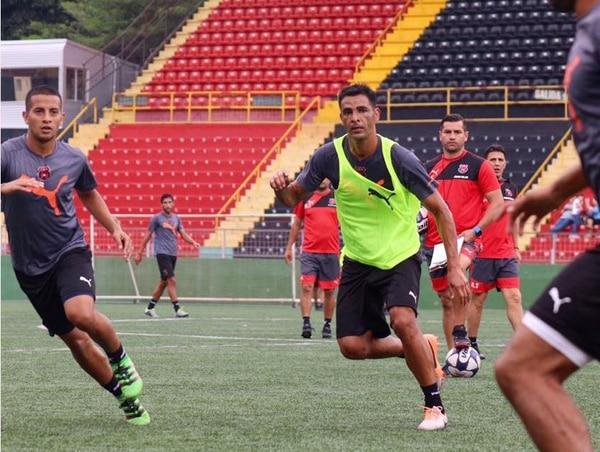 Michael Umaña efectuó ayer por la tarde su primera práctica con Alajuelense, y estuvo cerca de Kenneth Cerdas (izq). | DANIEL SANABRIA, PRENSA LDA