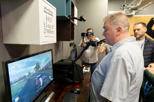 Bryce Johnson líder de investigación de producto y accesibilidad muestra cómo adaptan los controles, para que personas con discapacidad puedan disfrutar del juego en la consola XBOX. Filmateria Digital para Microsoft.