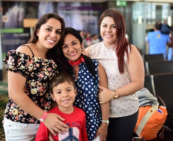 Hannia Fallas, vestida con los colores patrios, no pudo aguantar las lágrimas al reunirse con sus hijas Kimberly y Mónica Arrieta.