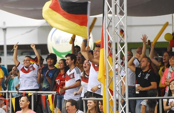 Unos 200 miembros de la colonia alemana en Costa Rica se hicieron presentes en el parqueo de Avenida Escazú para ver la final. | MARIO ROJAS