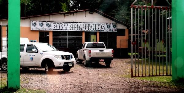 La mañana de este lunes agentes del OIJ y la Fuerza Pública seguían en el parqueo del bar, buscando indicios y videos que ayuden a dar con el asesino. Foto: Reiner Montero.